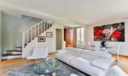 Kombinasi warna putih dan lantai kayu