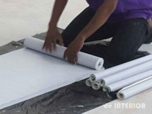 Wallpaper dipotong menyesuaikan tinggi dinding